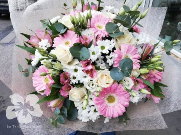 Light pink bouquet with roses and gerberas