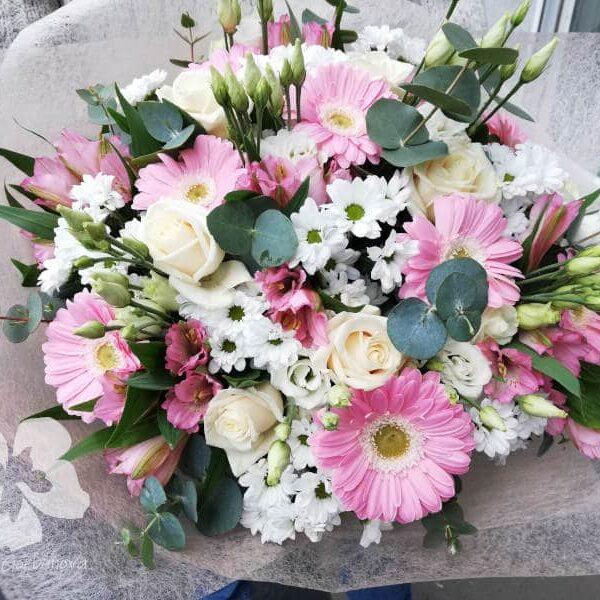 Светло-розовый букет с розами и герберами